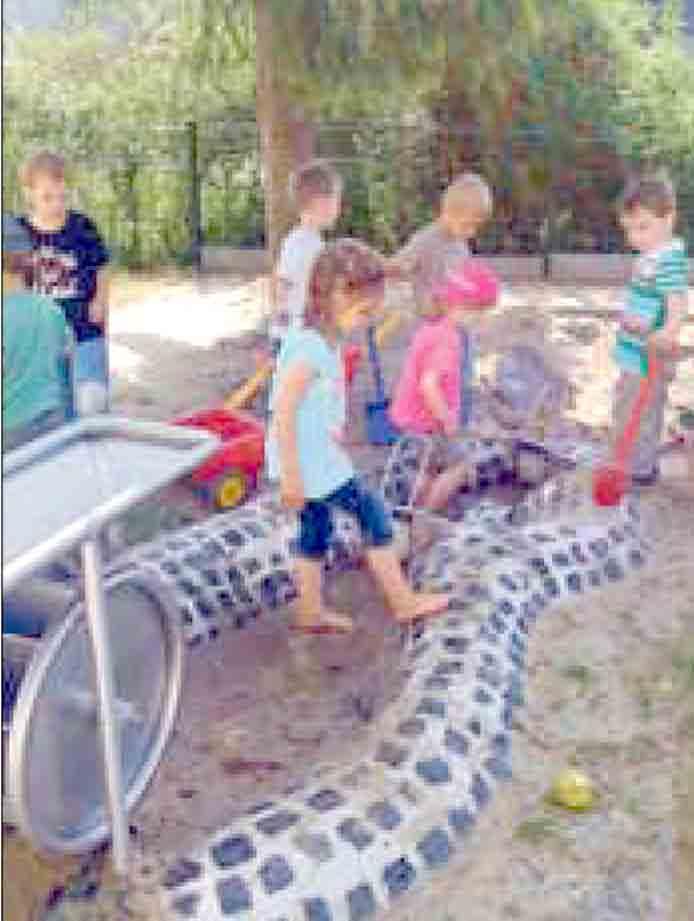 Wir in Winden  Kinder freuen sich über neues Wasserspiel